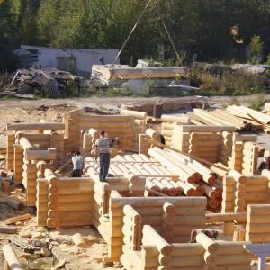 Этап строительства сруба из бревна
