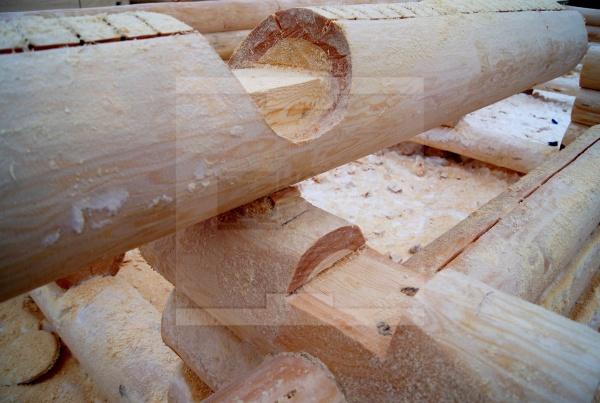 Строительсто сруба из бревна ручной рубки